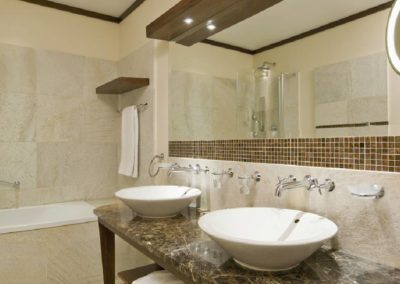 Superior room bathroom 1360x680